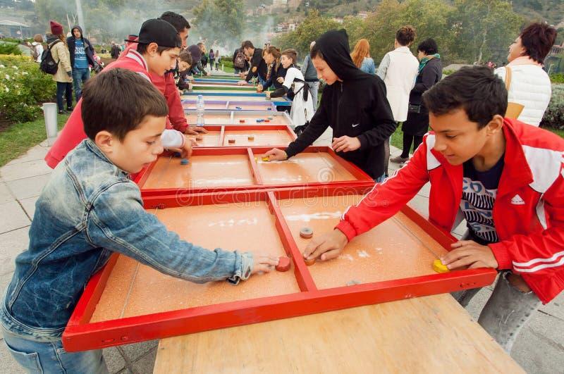 Jongens die pret hebben tijdens hartstochtsspel op de kinderenspeelplaats royalty-vrije stock afbeelding
