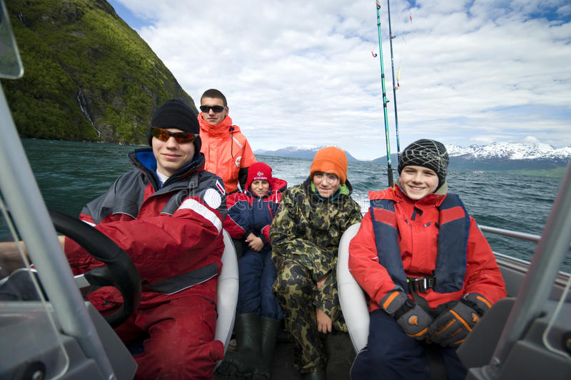 Jongens die reis in boot vissen stock fotografie