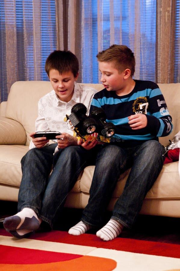 Jongens die samen spelen royalty-vrije stock fotografie