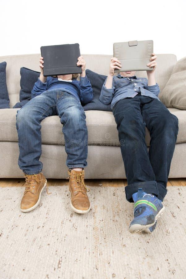 Jongens die spelen op een Tablet spelen stock afbeelding