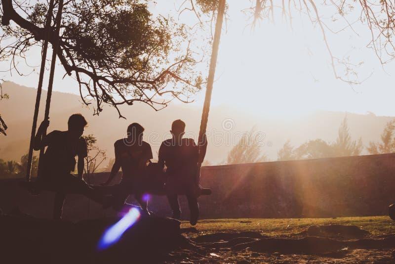 Jongens die van zonsondergang samen genieten royalty-vrije stock foto