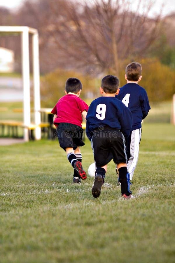 Jongens die voetbal spelen royalty-vrije stock foto