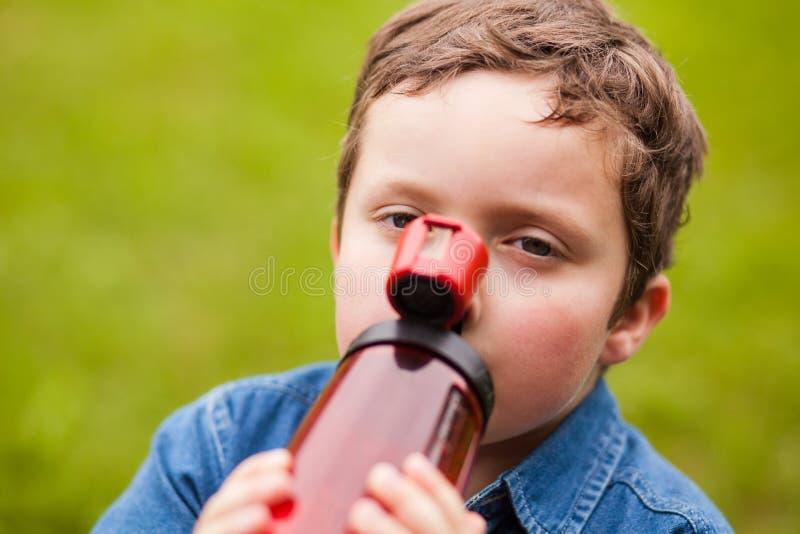 Jongens drinkwater royalty-vrije stock afbeelding
