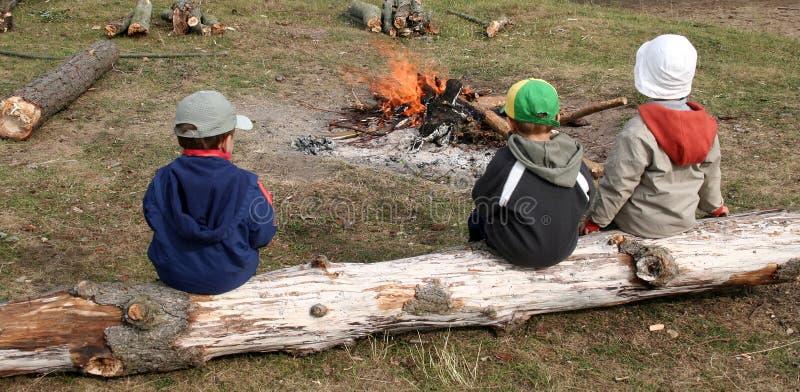 Jongens en brandvlam stock foto's