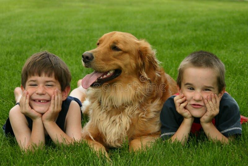 Jongens en Hond stock afbeelding