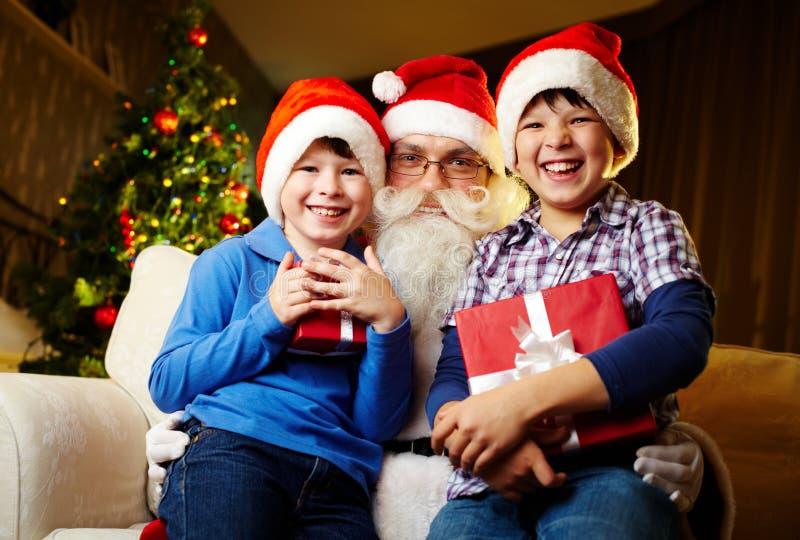 Jongens en Kerstman royalty-vrije stock fotografie