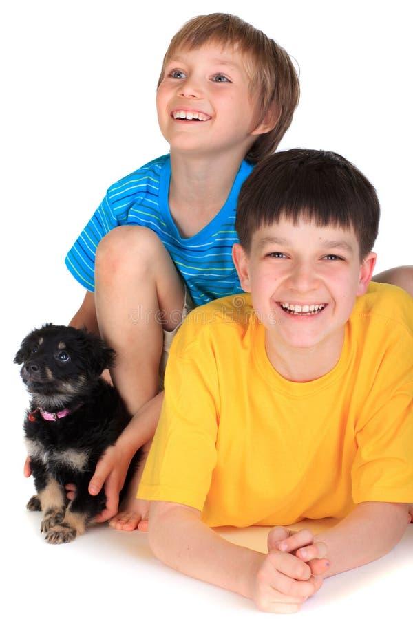 Jongens en kleine hond royalty-vrije stock foto