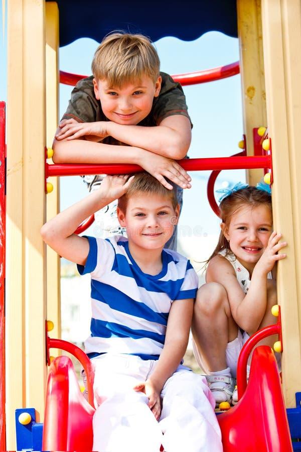 Jongens en meisje op de speelplaats royalty-vrije stock fotografie
