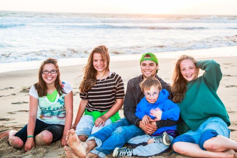 Jongens en Meisjes die op Sandy Beach zitten royalty-vrije stock foto