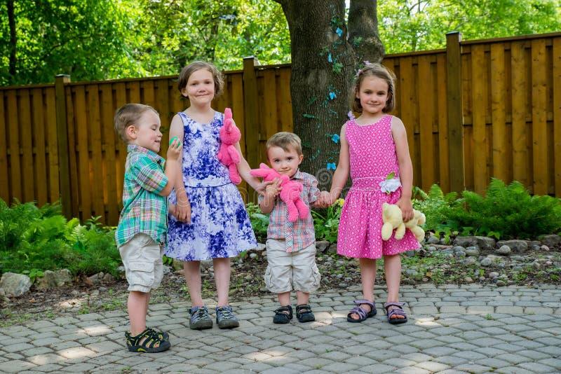 Jongens en Meisjesholdingshanden samen op Pasen-Dag stock afbeelding