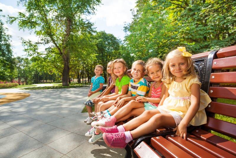 Jongens en meisjesrust in park stock foto's