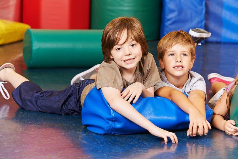 Jongens in gymnastiek op een hoofdkussen royalty-vrije stock foto