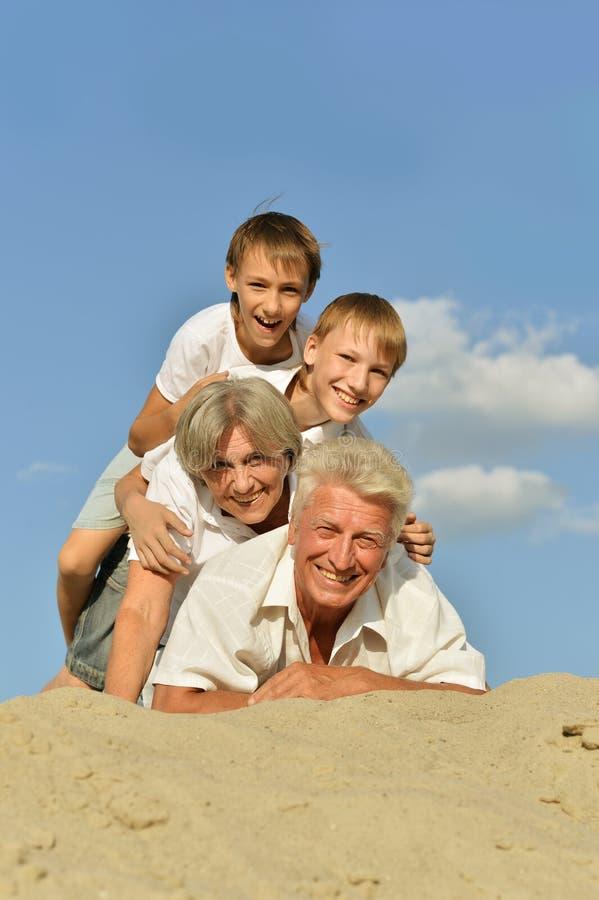 Jongens met hun grootouders stock fotografie