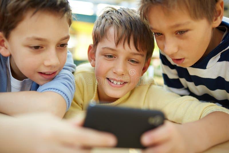 Jongens met smartphone stock fotografie