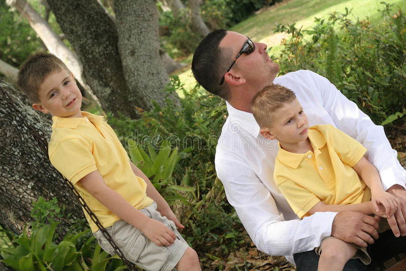 Jongens op de schommeling met papa royalty-vrije stock afbeelding