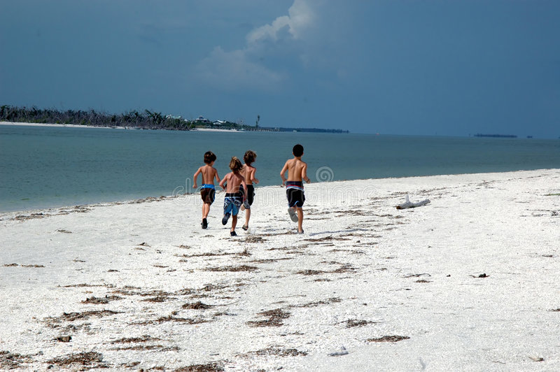 Jongens op het strand royalty-vrije stock afbeelding