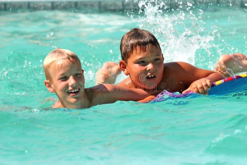 Jongens in pool royalty-vrije stock foto's