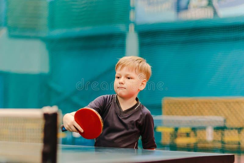 Jongens speelpingpong in de tenniszaal stock fotografie