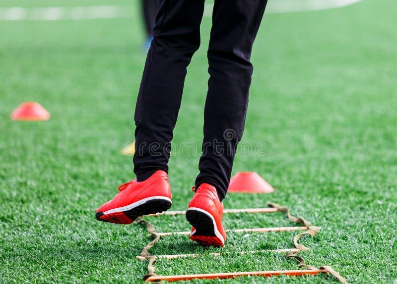 Jongens in sportkleding die op voetbalgebied lopen De jonge voetballers druppelen Opleidend, actieve levensstijl, sport, kinderen royalty-vrije stock afbeelding