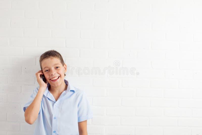 Jongens sprekende telefoon stock foto