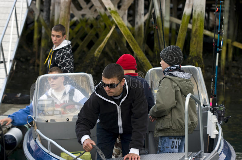 Jongens van visserij in motorboot royalty-vrije stock foto's