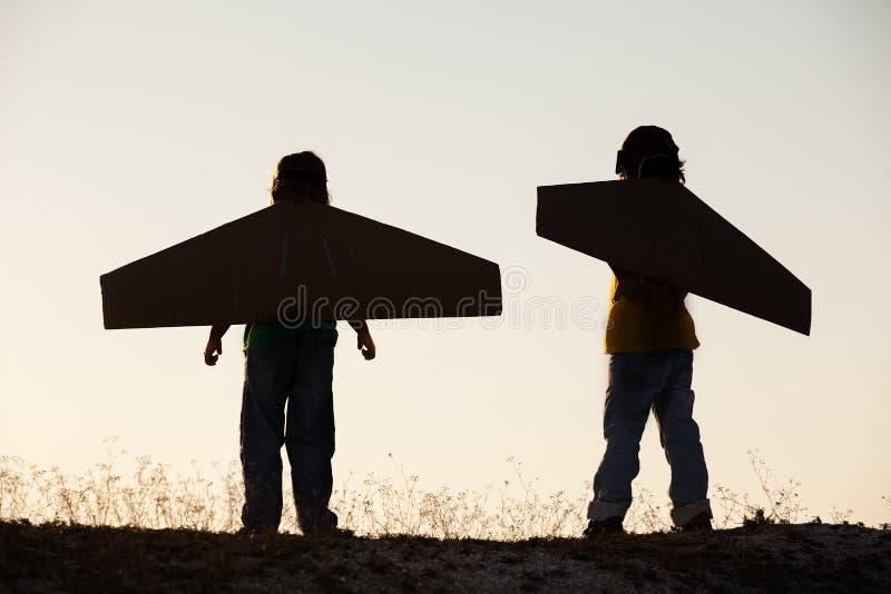 Jongensdroom van in openlucht het vliegen stock fotografie