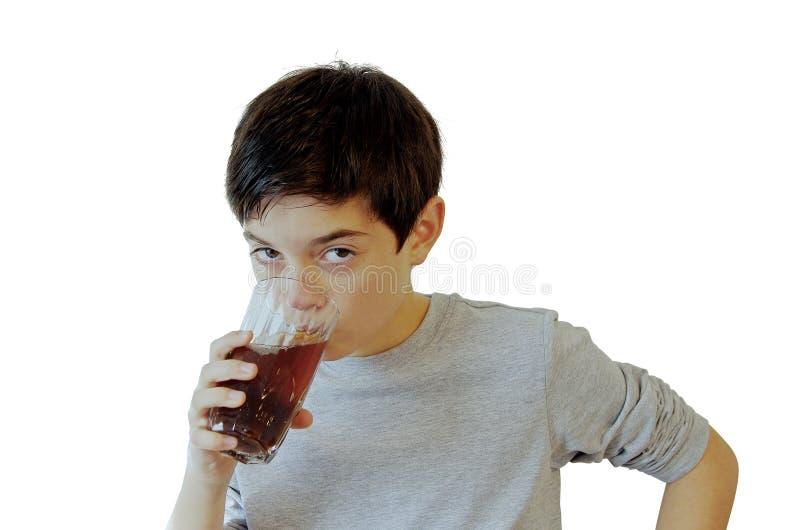 Jongenskind die een glas van frisdrank drinken stock foto's
