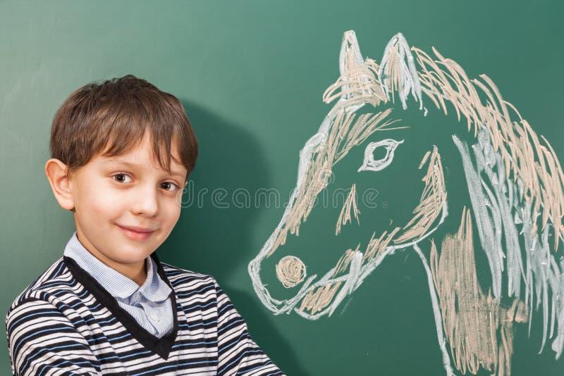 Jongenskunstenaar met een paard door hem wordt getrokken die royalty-vrije stock foto