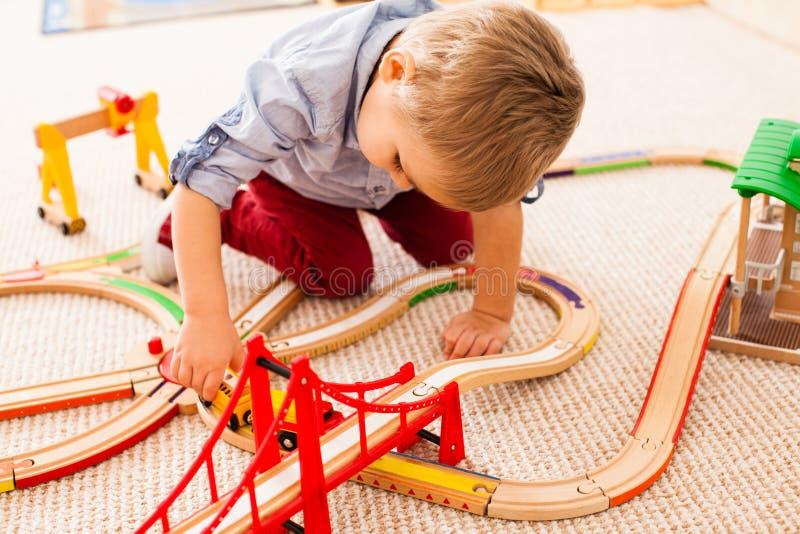 Jongensspelen met trein royalty-vrije stock afbeeldingen