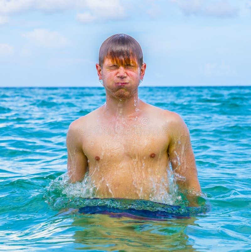 Jongenssprongen uit het water royalty-vrije stock foto's