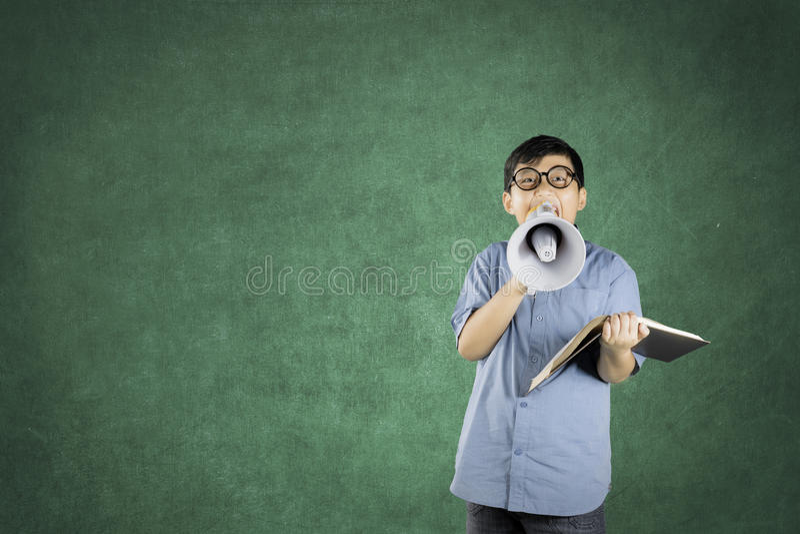 Jongensstudent die een megafoon met behulp van om te spreken royalty-vrije stock foto's