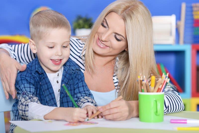 Jongenstekening met zijn moeder royalty-vrije stock foto's