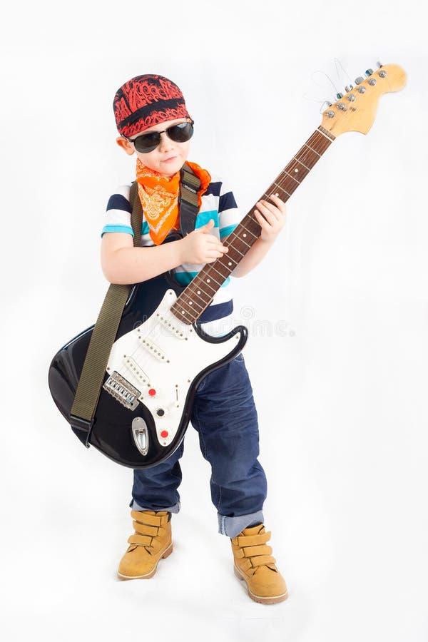 Jongenstuimelschakelaar met elektrische gitaar stock afbeelding