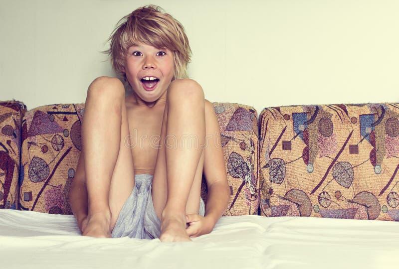 Jongenszitting in het bed royalty-vrije stock fotografie