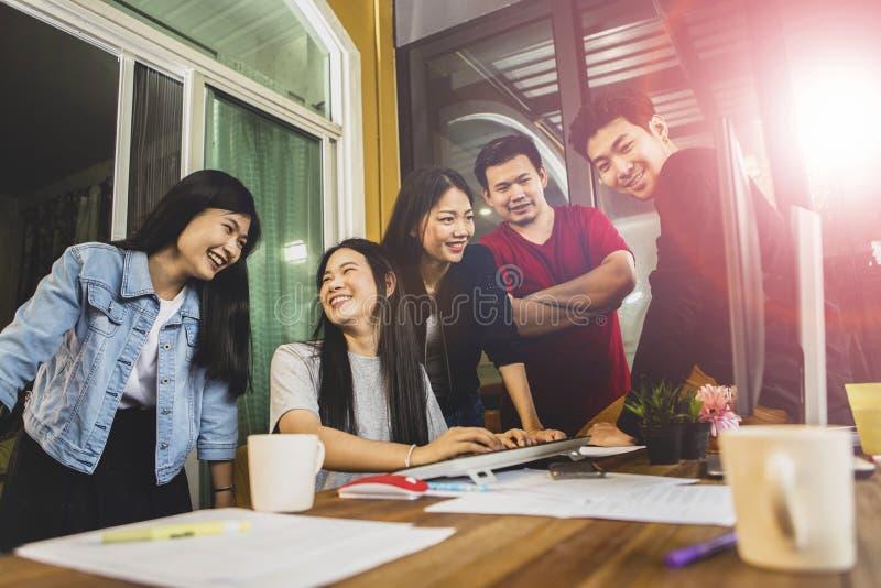 Jongere Aziatische freelance teamvergadering voor projectoplossing in huisbureau royalty-vrije stock afbeeldingen