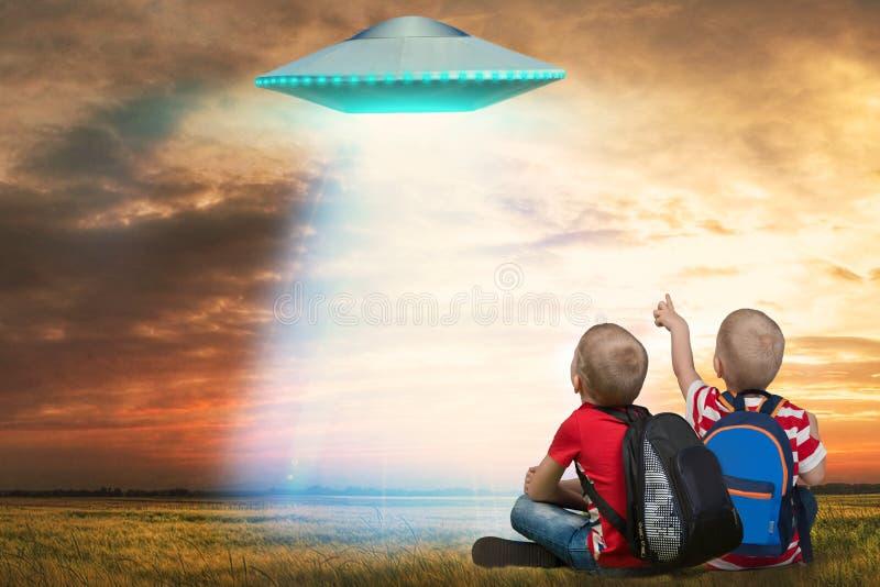 Jongere broer twee die het niet geïdentificeerde vliegende voorwerp bekijken dat in de hemel verscheen stock afbeeldingen
