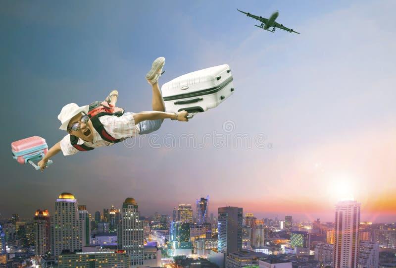 Jongere mens die medio lucht met behorende bagage en passagier vliegen stock foto