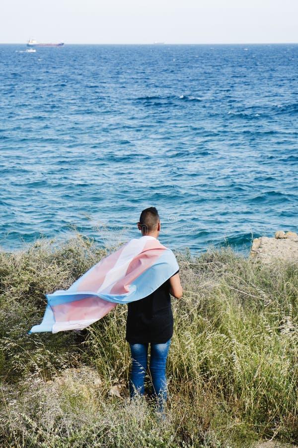 Jongere met een vlag van de transsexueeltrots stock afbeeldingen