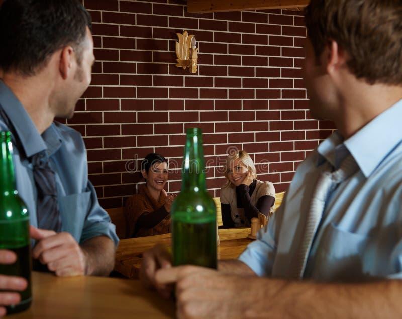 Jongeren in bar royalty-vrije stock afbeelding