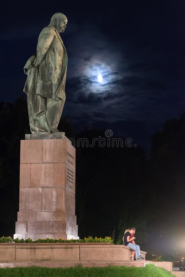 Jongeren dichtbij het monument aan Taras Shevchenko in Shevchenko-Park, de beroemdste Oekraïense dichter Tegen de achtergrond van royalty-vrije stock foto's