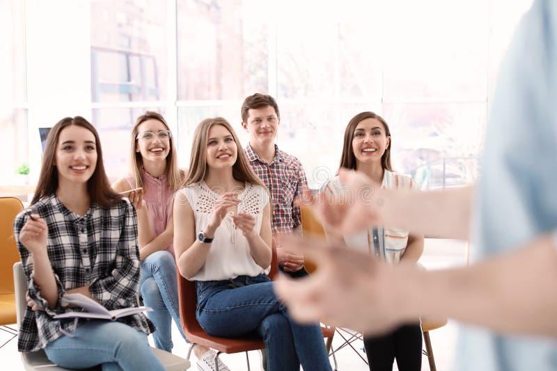 Jongeren die bedrijfs opleiding hebben royalty-vrije stock foto's