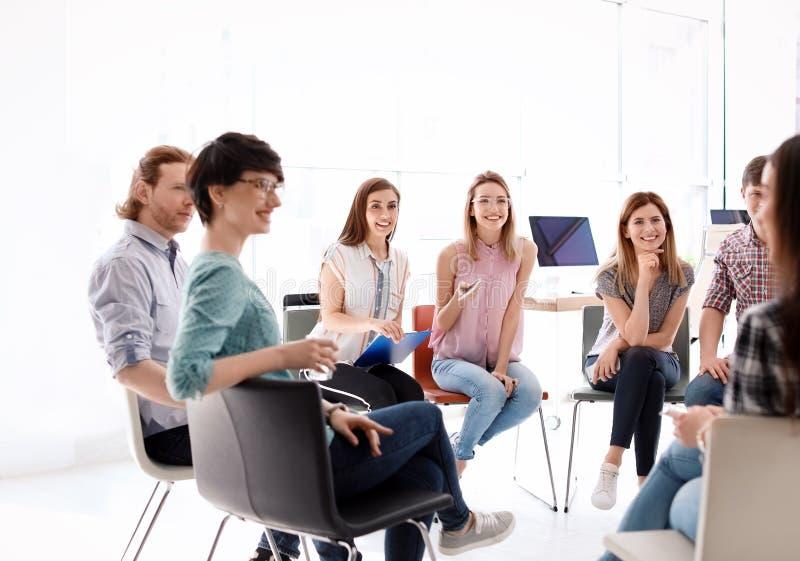 Jongeren die bedrijfs opleiding hebben royalty-vrije stock afbeelding