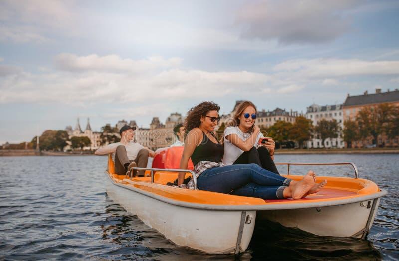 Jongeren die boot van rit in het meer genieten royalty-vrije stock foto