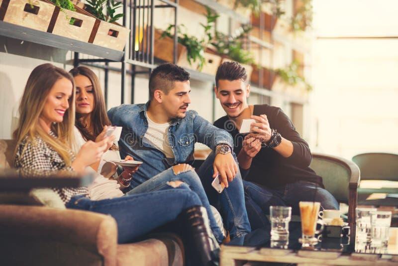 Jongeren die in een koffie samenkomen stock afbeeldingen