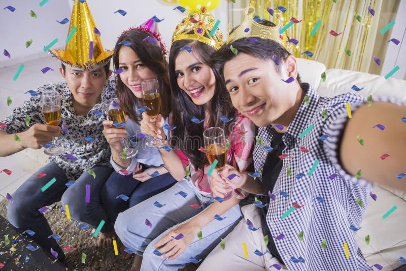 Jongeren die foto nemen bij een verjaardagspartij royalty-vrije stock afbeeldingen