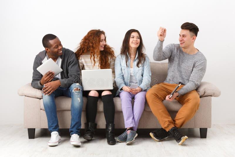 Jongeren die gadgets, studenten, technologie gebruiken stock afbeeldingen