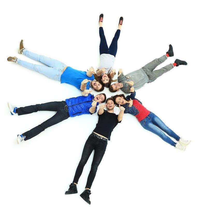 Jongeren die, gesturing duim liggen royalty-vrije stock foto