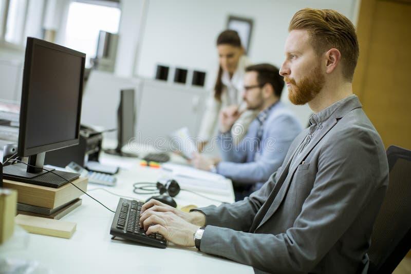 Jongeren die in het bureau werken royalty-vrije stock afbeelding