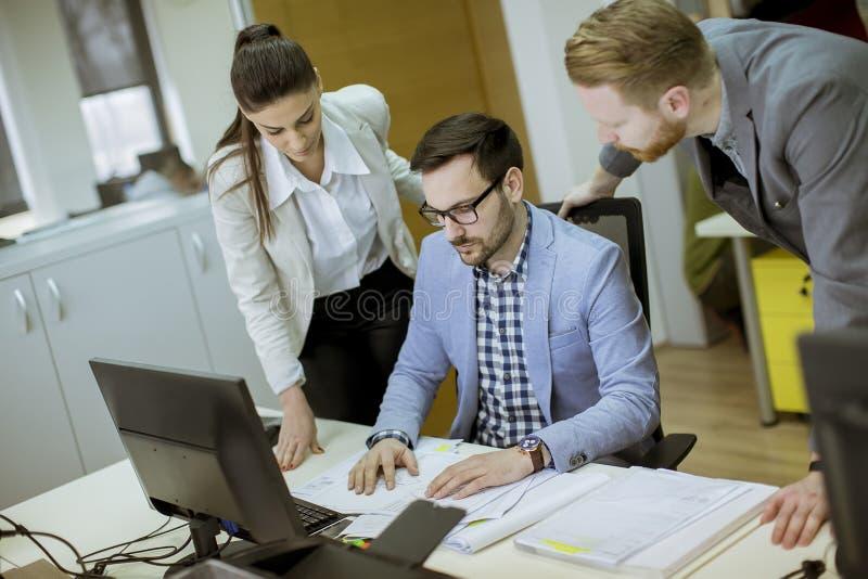 Jongeren die in het bureau werken stock fotografie