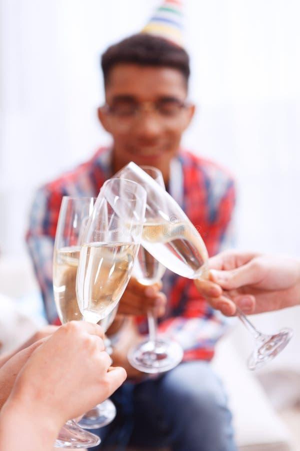 Jongeren die met champagne vieren stock fotografie